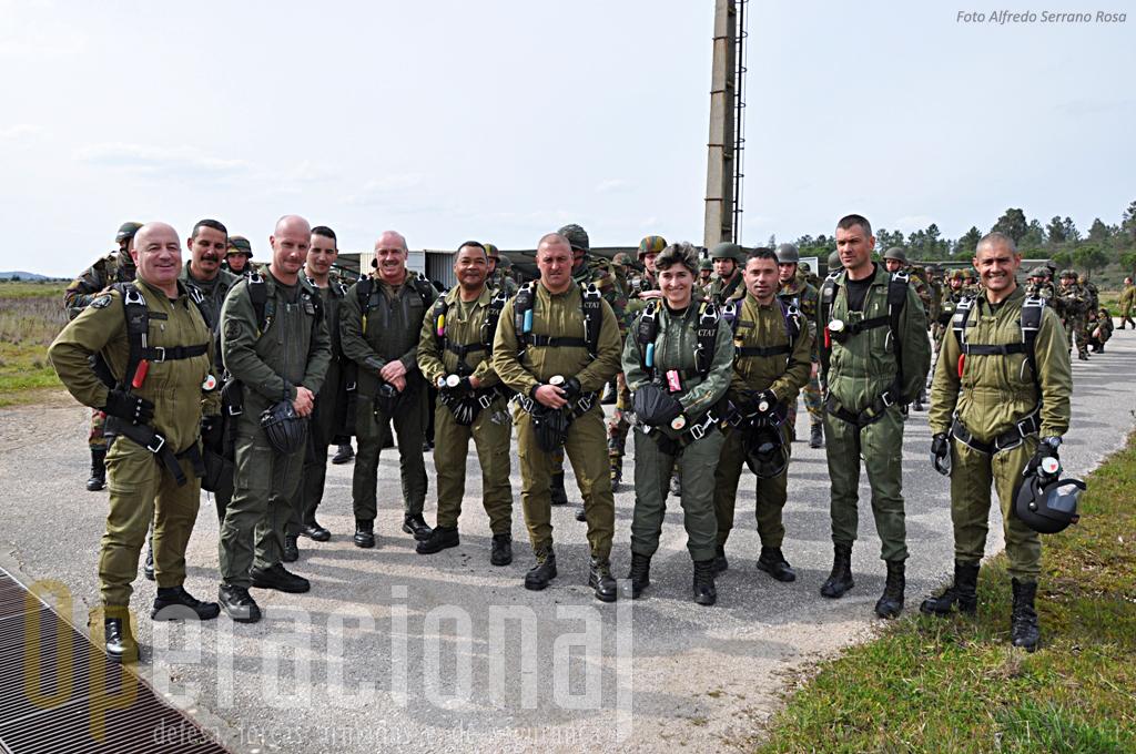 Instrutores de pára-quedismo portugueses e belgas na placa do Aerodromo Militar de Tancos antes de mais um salto de abertura manual. O intercâmbio internacional é imprescindivel ao desenvolvimento desta actividade.