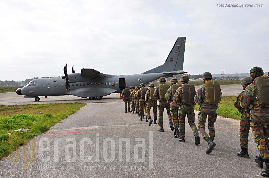 Os belgas tiveram oportunidade de experimentar o C-295M da Esquadra 502.