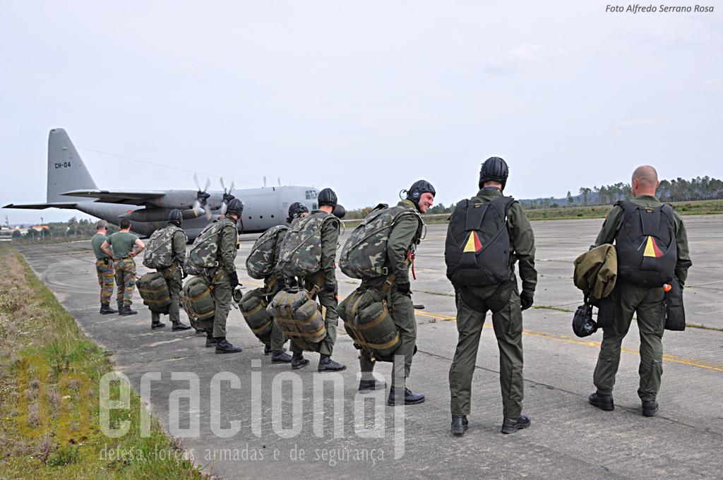 Militares belgas antes do embarque. Com carga (algumas dezenas de quilos) os SOGAs prontos para um SAM de treino.