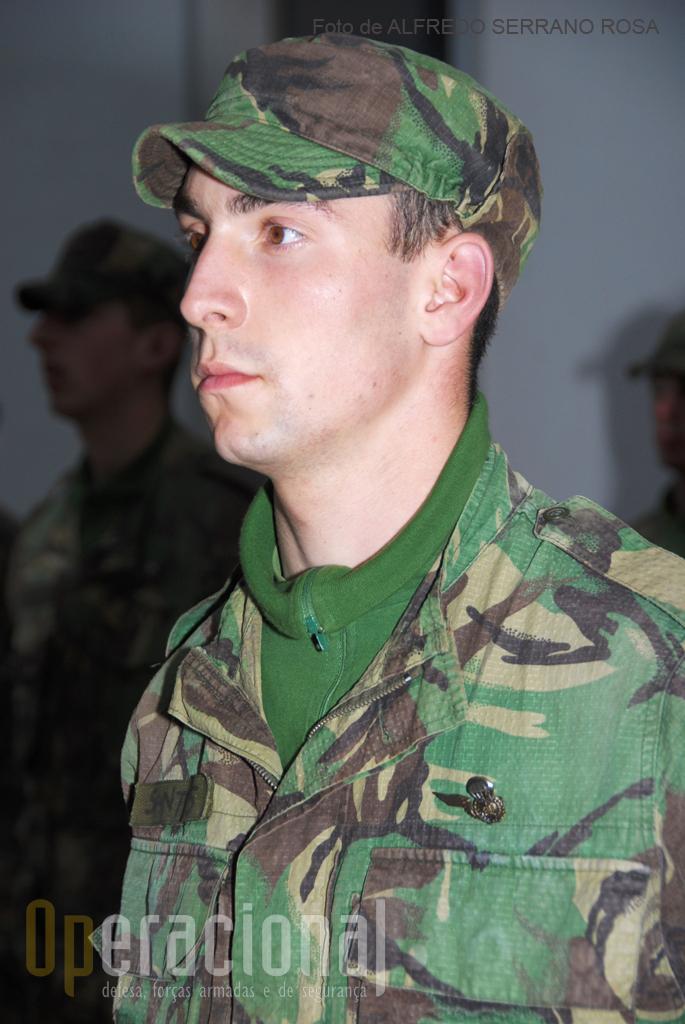 ETP (2010): instruendo do Curso de Pára-quedismo Militar durante a cerimónia de imposição do distintivo de «alunos pára-quedistas».