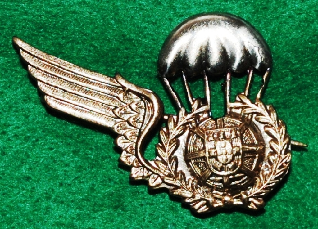 Distintivo de «alunos pára-quedistas» metálico, sem a asa esquerda, oficialmente usado entre 30SET66 e 25JUN81. (Col. do Autor)
