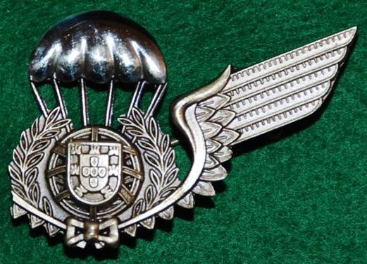 Distintivo de «alunos pára-quedistas», metálico, sem a asa direita, aprovado oficialmente em 26JUN81 pela Portaria Nº 518. (Col. do Autor)