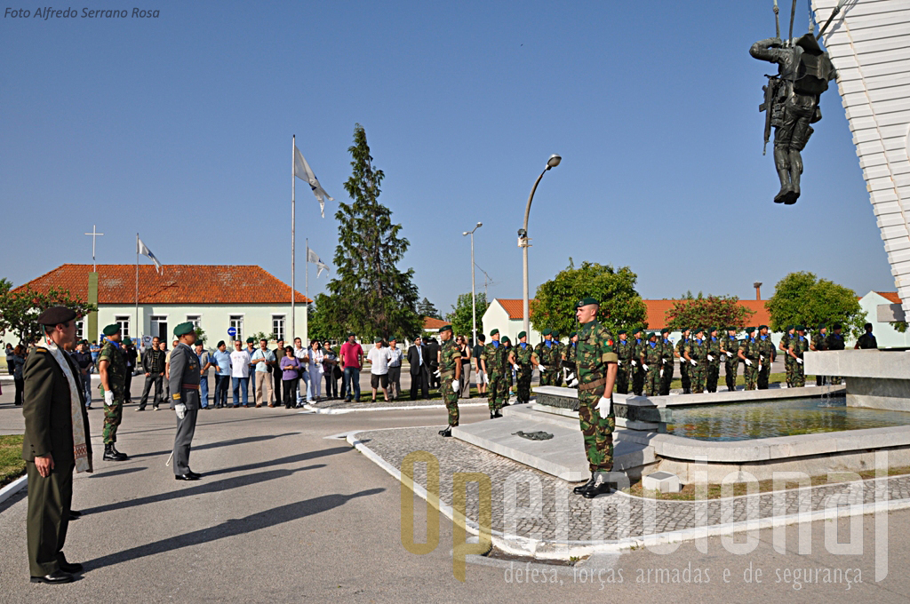 """Cerimónia de Homenagem aos Mortos em Combate. O monumento de Tancos, eregido em 1968, perpetua na pedra e no metal """"Aqueles em quem poder não teve a morte"""""""