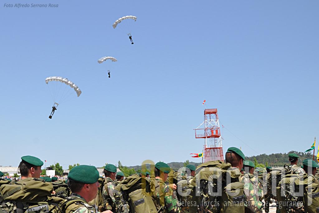 Os saltadores operacionais a grande altitude do Batalhão Operacional Aeroterrestre, preparam a aterragem durante o desfile do 1ºBIPara