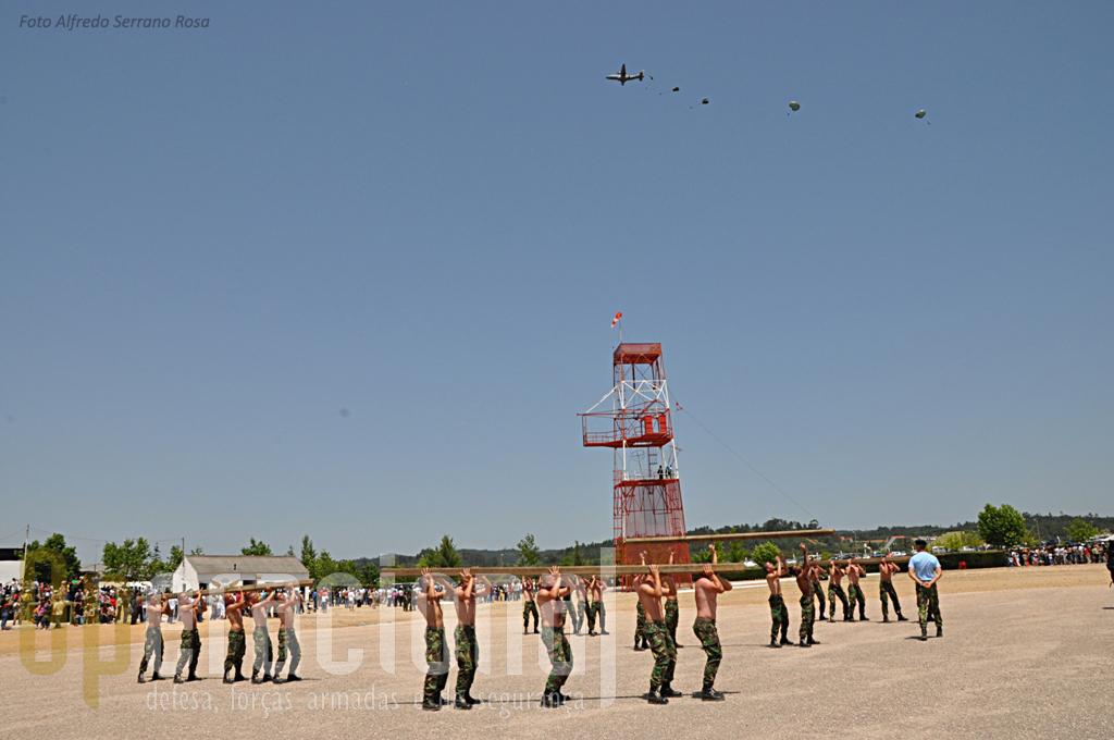 """Enquanto a assistência recorda momnetos marcante da instrução para pára-quedista, sobre a pista do Aerodromo Militar de Tancos, um C-295M lança um destacamento de precursores aeroterretres """"em automático""""."""