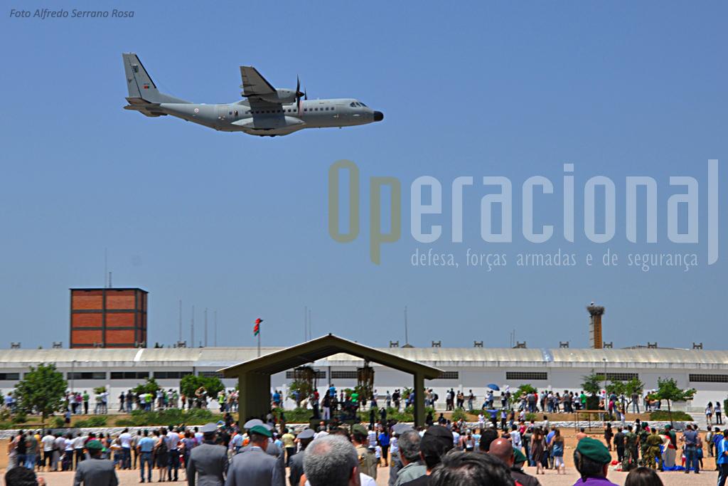 A tradição ainda é o que era! depois dos JU-52, Nord-Atlas, Dakotas Aiocar, agora os C-295M da Esquadra 502, permitem que a assitência veja bem de perto o seu avião.