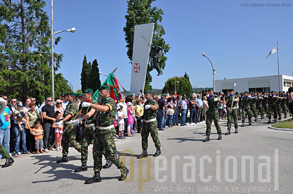 """Horas antes da cerimónia militar que teve lugar na Parada """"Mota da Costa"""" os visitantes já acompanhavam as diferentes actividades protocolares que íam tendo lugar."""