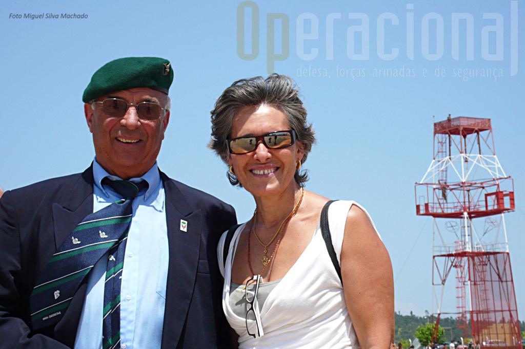 O fotógrafo de ocasião captou a imagem do Tenente-Coronel (R) José Maria Matos, instrutor de pára-quedismo em 1974 e da Capitã Maria de Lurdes Lobão, enfermeira pára-quedista formada nesse ano.
