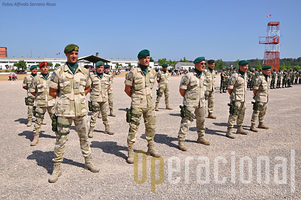 """Os militares de várias armas e serviços que integraram a """"2ª OMLT Kabul Capital Division"""", recém chegados do Afeganistão, estiveram presentes na cerimónia."""