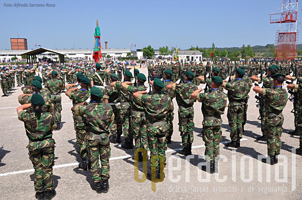 A Bandeira Nacional da Escola de Tropas Pára-quedistas no momento da sua integração nas Forças em Parada