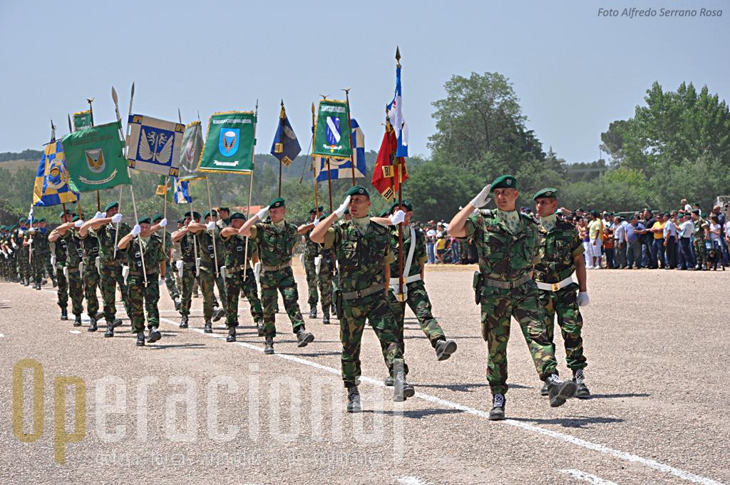 Como manda a tradição o 2º comandante  - Tenente-Coronel Pára-quedista Serra Pedro - comandou as Forças em Parada