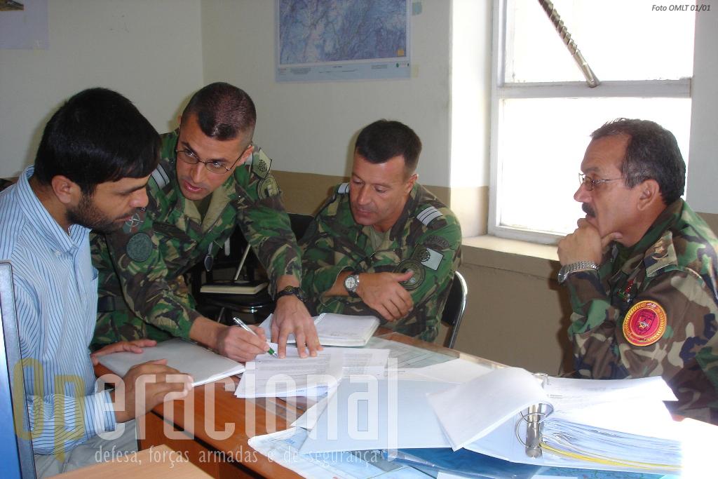 Oficiais portugueses na Kabul Capital Divison. O desenvolvimento das capacidades do Exército Afegão é fundamental para que a estratégia da NATO resulte.