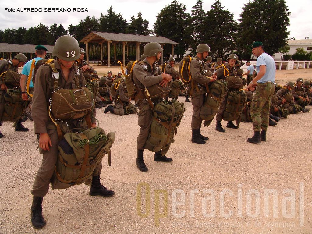 Nesta fase do curso já é visível a diferença abismal entre um curso de pára-quedismo militar e um curso desportivo civil.