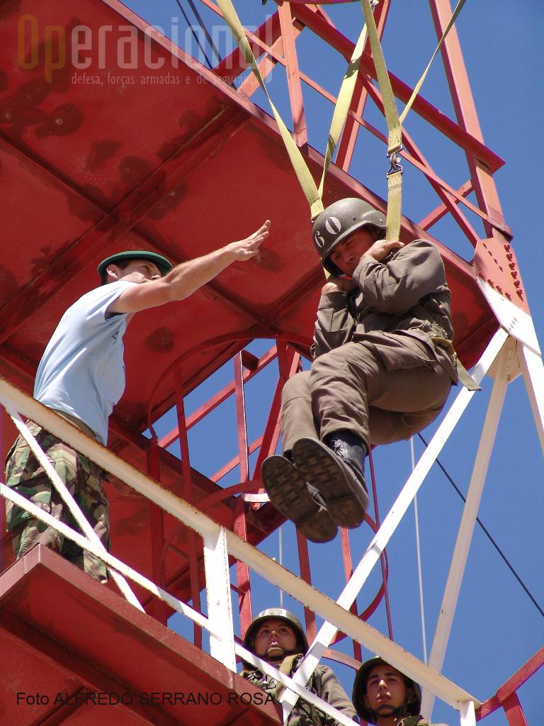 Na «Torre de Aterragem», também conhecida como «Torre Francesa» treina-se a preparação da aterragem e a familiarização com a chegada ao solo.
