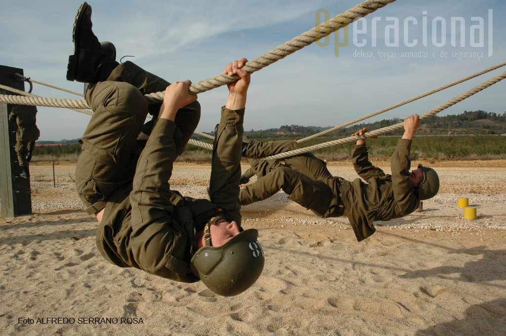 A «Pista de Cordas» tem por finalidade treinar o homem a transpôr obstáculos. A foto regista a transposição do obstáculo denominado «Preguiça».