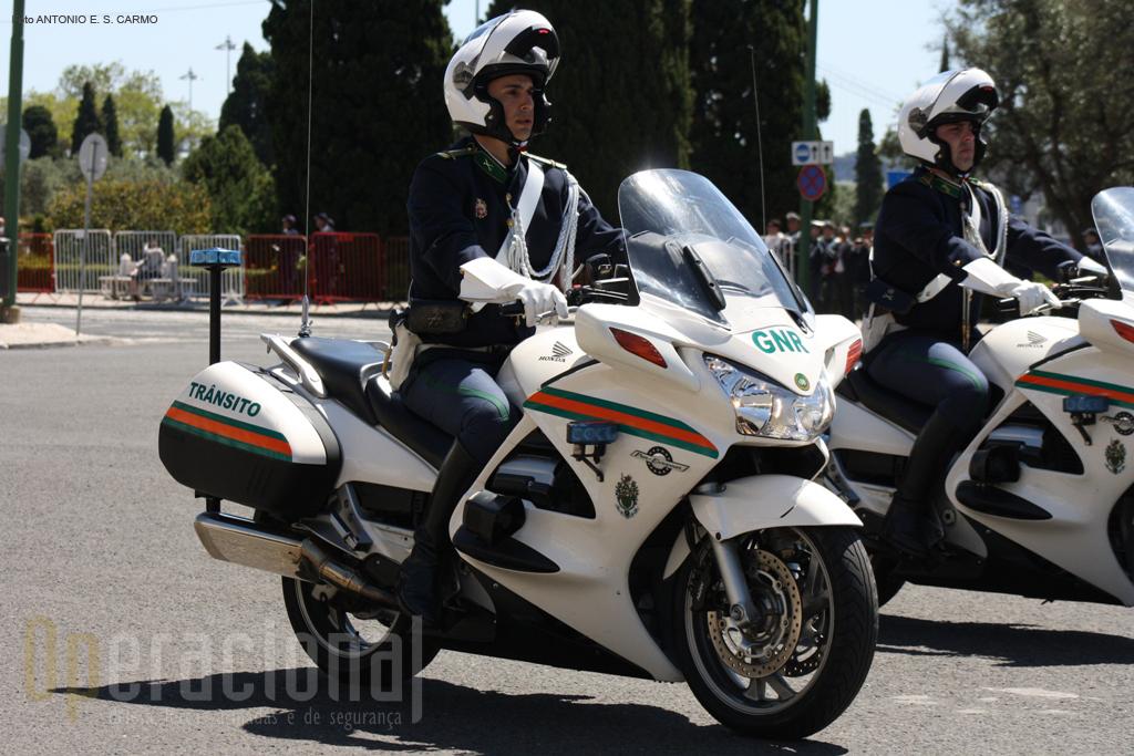 Motociclos da Unidade Nacional de Trânsito (UNT), responsáveis pelo cumprimento das acções de fiscalização em matéria de segurança e fiscalização rodoviária.