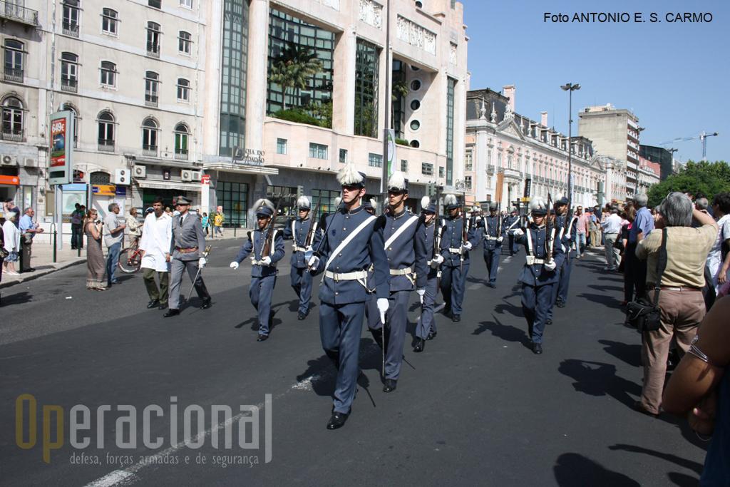 """O Monumento dos Restauradores centrado no meio da praça e que consagra a Revolução de 1640 foi, também, testemunha do comemorativo desfile dos """"pilões""""."""