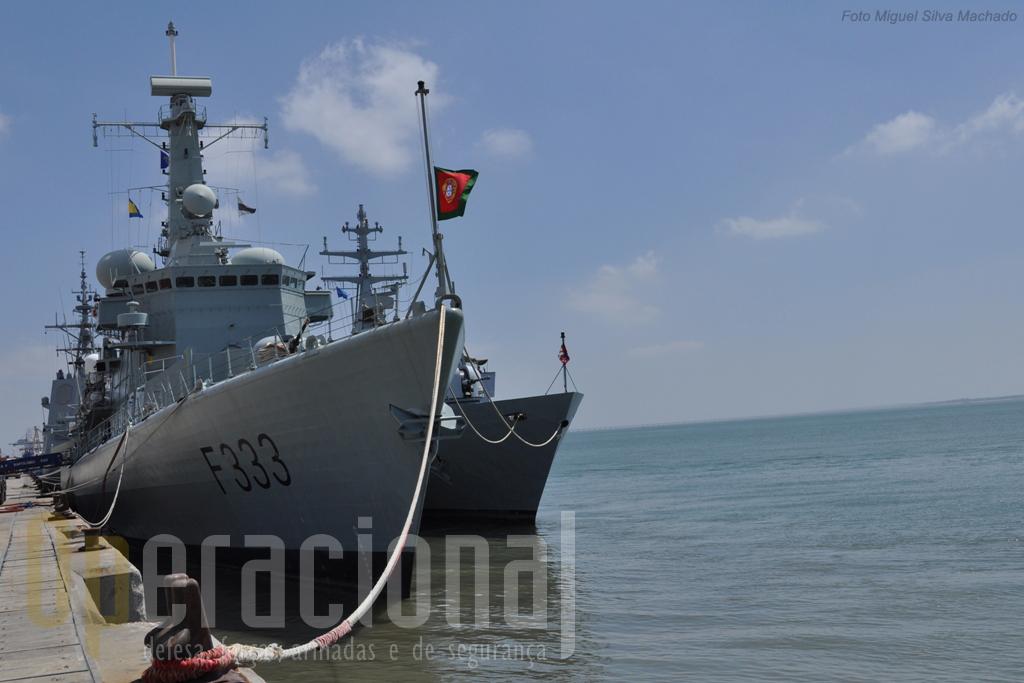 """O NRP """"Bartolomeu Dias"""", no dia que luto nacional decretado pela morte de José Saramago, e o """"Comandante Bettica"""" da Marinha Italiana."""