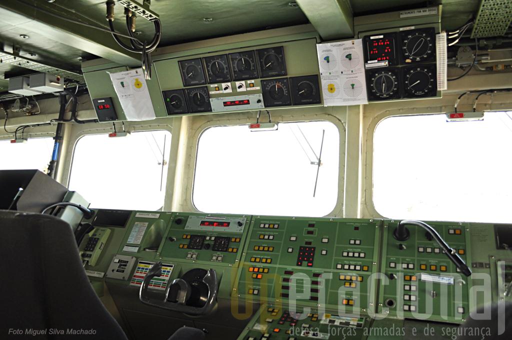 """A """"roda de leme"""" do """"Bartolomeu Dias"""". Logo por cima (digitos vermelhos) um dos mostradores electrónicos da bussula do navio (há vários destes repetidores da girobussula do navio pela ponte)"""