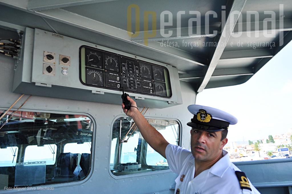 O 2º Tenente Falcão dos Santos explica as funções do painel de vsizualização da propulsão e do leme na Asa-Ponte (neste caso de estibordo). No fundopermite ao comandante, quando naquela posição, comandar dali o navio.