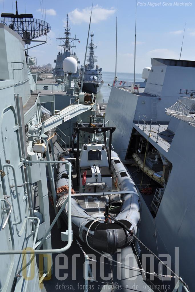 """A embarcação semi-rigida do navio (dispõe de duas, uma em cada bordo) e, ao seu lado o sistema semelhante do """"Comandante Bettica"""""""