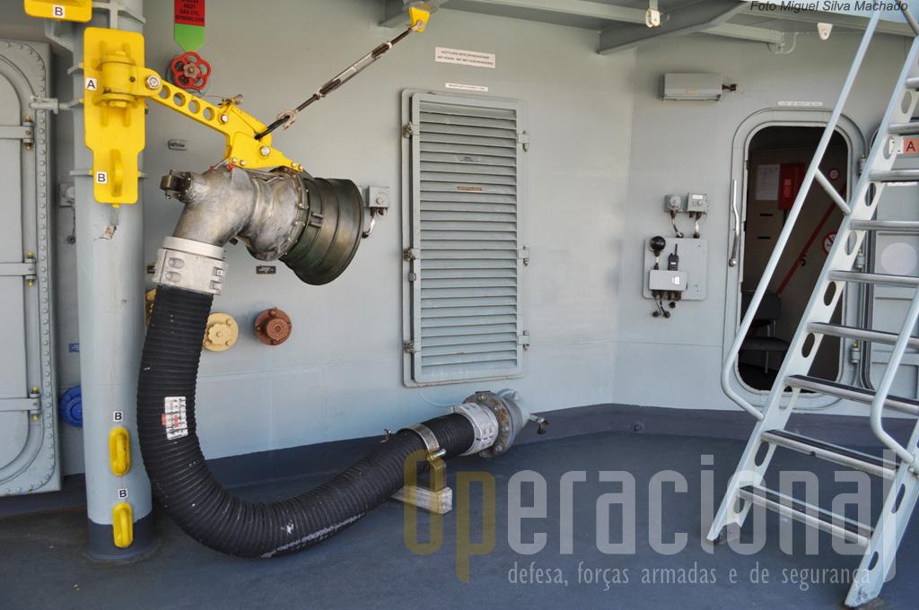 """O PROB, no fundo o terminal da """"mangueira da gasolina"""", que é empregue para receber o combustivel, de um reabastecedor, durante a navegação"""