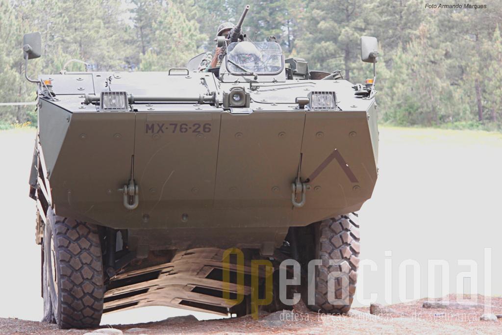 A protecção anti-mina que o casco da Pandur garante, situa-se nos 8Kg detonados sob os rodados.