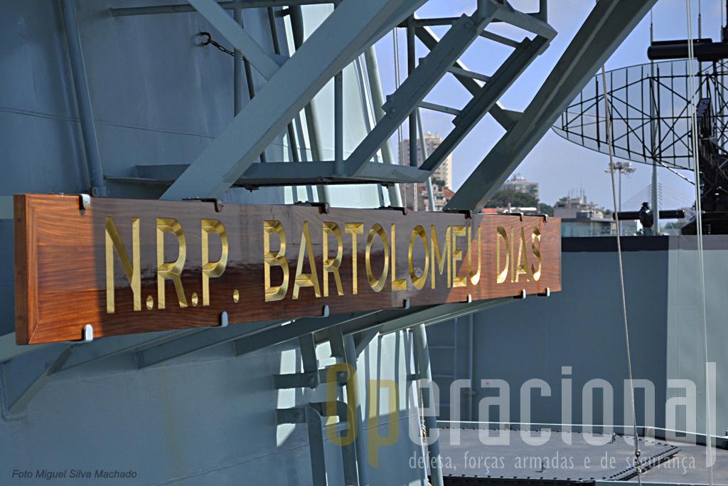 Uma novidade na Marinha Portuguesa. As letras não são metálicas, mas gravadas com uma tinta especial.