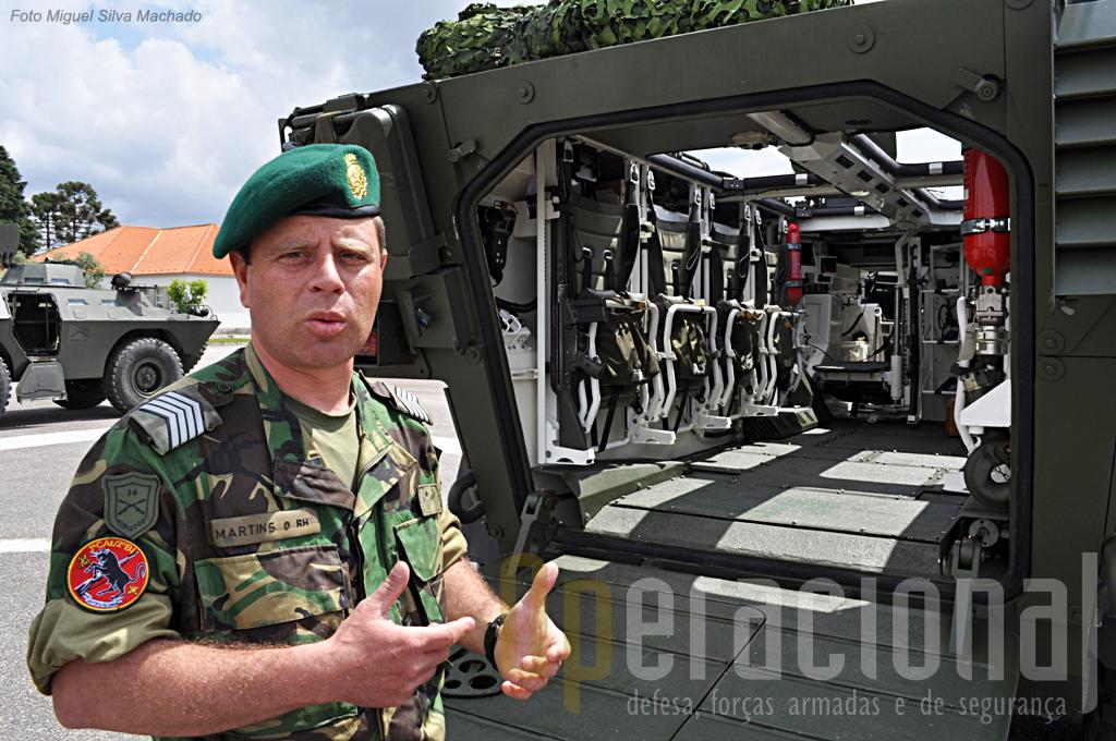 O Primeiro-Sargento José Martins, 38 anos de idade e 18 de serviço, 10 dos quais no RI 14, apresenta-nos a viatura em detalhe.