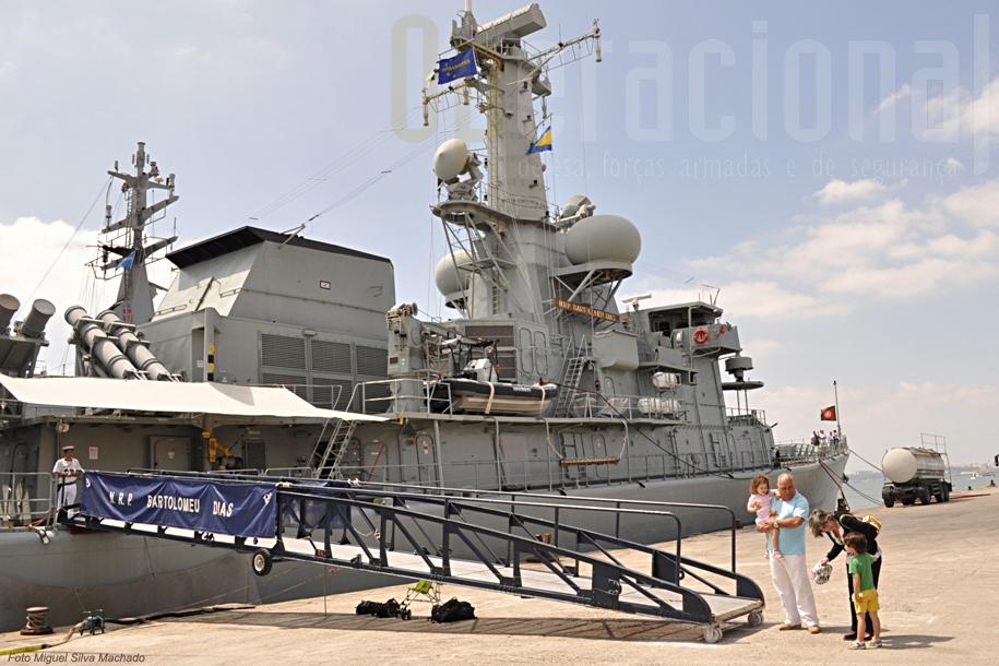 """Mesmo longe das 7.000 visitas que o """"Bartolomeu Dias"""" teve num só dia em Aveiro (dia da Marinha 2009), a pouco e pouco as pessoas íam chegando."""