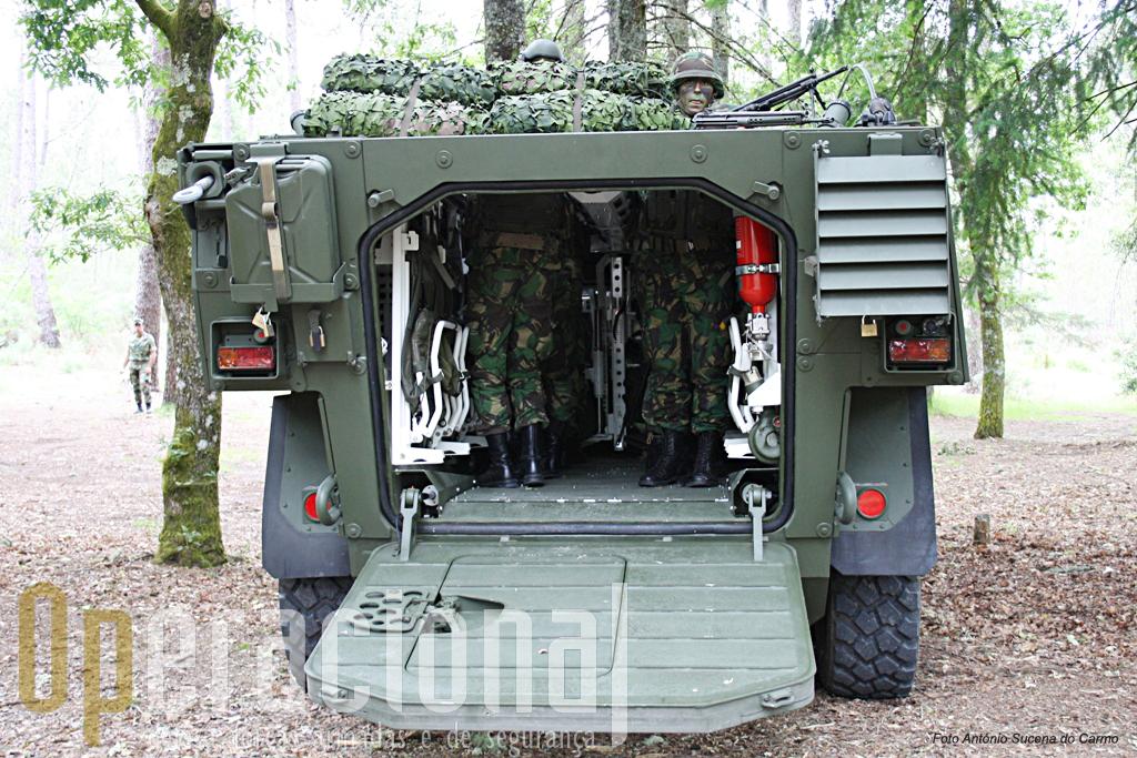 Posição dos militares da secção de atiradores no compartimento de transporte quando utilizam as escotilhas superiores.