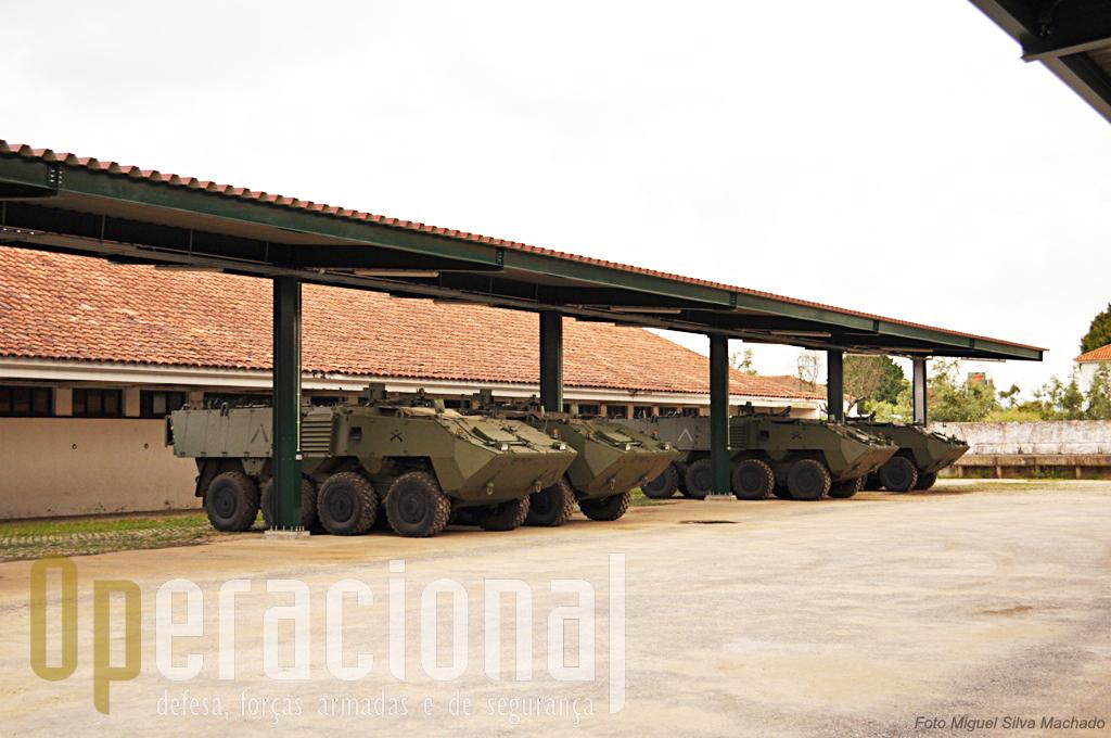 """O parque de viaturas no """"Ala Sul"""" do RI 14 está pronto para receber as Pandur"""
