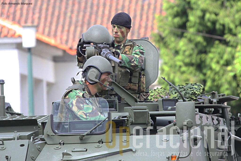 Condutor a apontador 12,7mm com os capacetes do sistema de intercomunicação de fabrico nacional (EID - P/ICC-201).