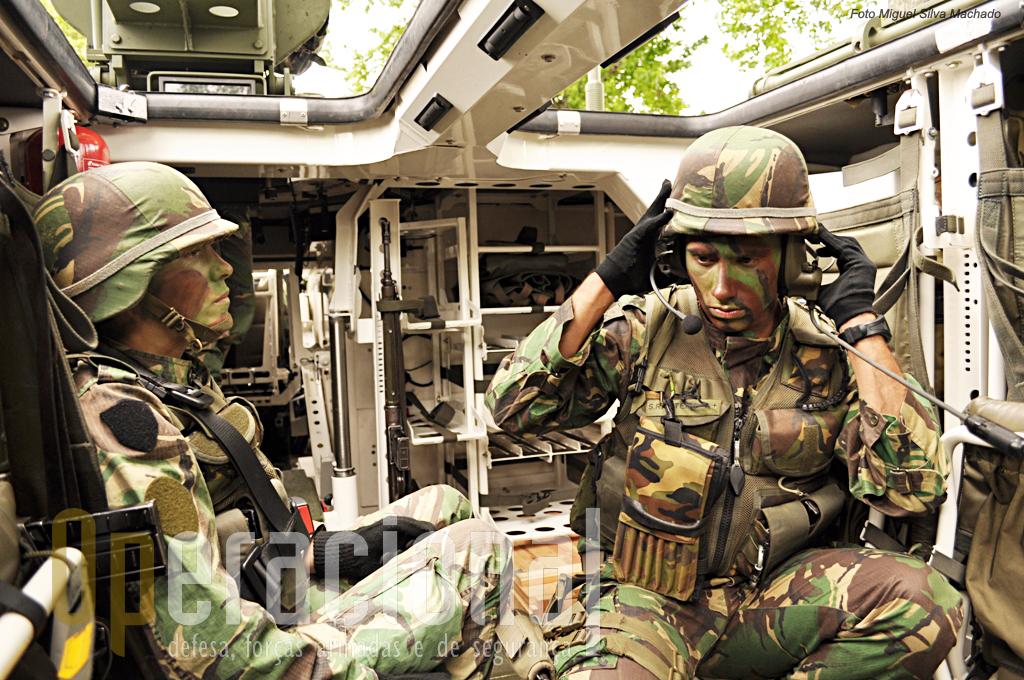 O Tenente João Rasteiro, 26 anos de idade, com quase 7 de serviço, é o comandante do 1º Pelotão da 2ª Companhia de Atiradores. O micro auscultador de cabeça, que pode ser usado com o capacete de combate permite-lhe a comunicação com o condutor e apontador.