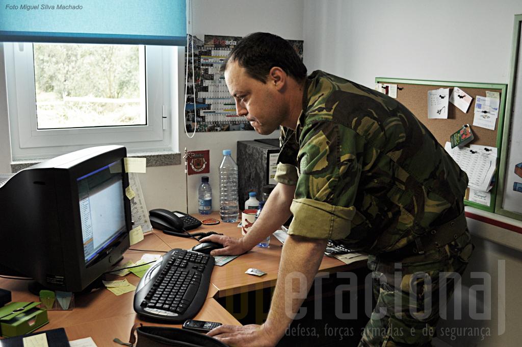 """O Sargento-Ajudante Paulo Monteiro, actual comandante do Pelotão de Manutenção do 2º BI/BrigInt verifica a prontidão técnica da frota """"Pandur II"""" no sistema ManWinWin 2.03."""
