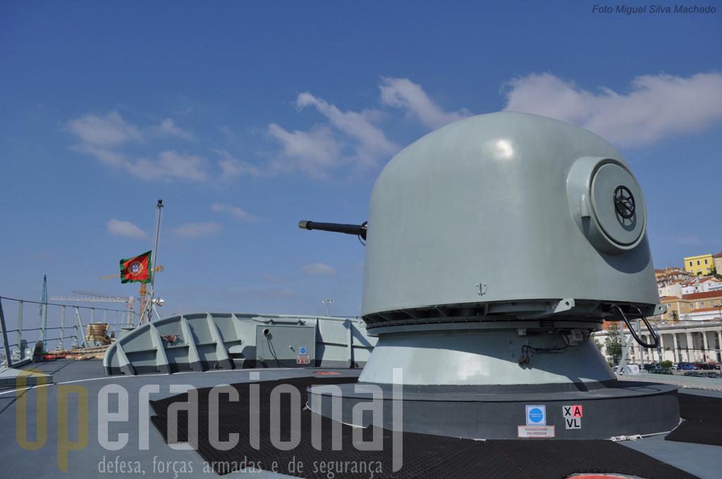 A peça de artilharia destina-se ao combate próximo a navios e aeronaves e para tiro contra-costa.