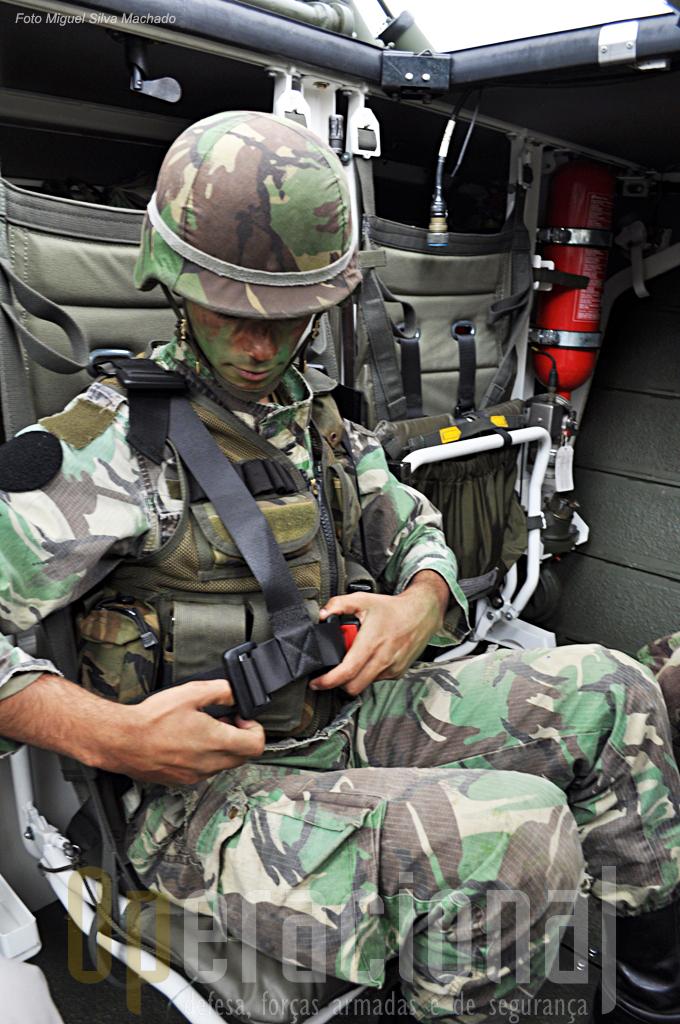 Em deslocações a grandes distâncias os militares vão sentado, usam capacete e cintos de segurança ajustados.