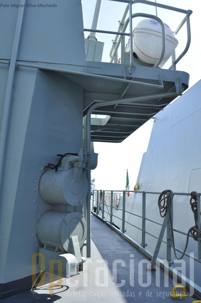 """Dois tubos lança-torpedos MK 46 (no outro bordo dispõe de outros dois), cuja finalidade é a busca e destruição de submarinos. Nestes navios o manuseamento dos torpedos (ao contrário por exemplo das """"Vasco da Gama"""") é feito no interior do navio e por meios mecânicos."""