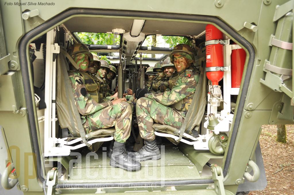 O compartimento de transporte e uma Secção de Atiradores, composta por 1 sargento e 7 praças. Qundo desembarcam permanecem na viatura o condutor a apontador 12,7mm.