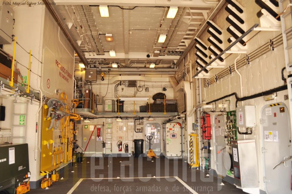 O hangar do navio tem capacidade para um helicóptero Lynx.