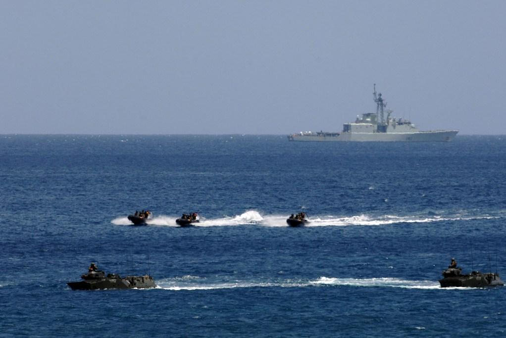 "No ""Steadfast Jaguar 2006"" vários países da NATO deslocaram para Cabo Verde importantes meios navais, anfibios... (Foto NATO/Rik van Oijen)"