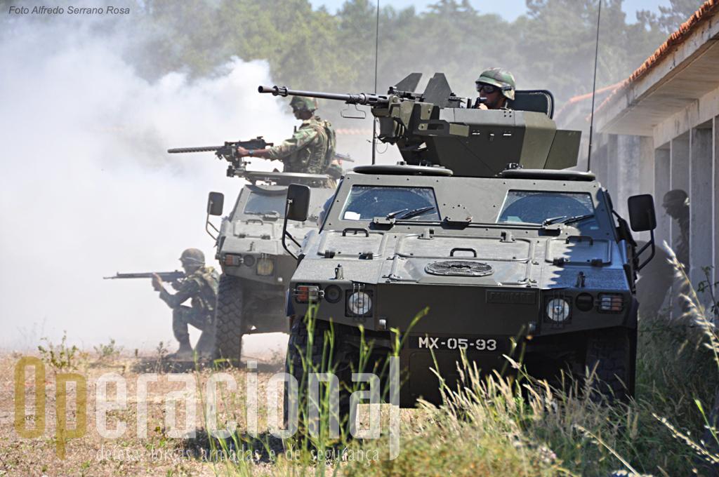 A reacção a emboscada é uma actividade de sempre que continua bem actual e a exigir treino continuado. Nesta imagem é bem visivel as duass armas que as M-11 mais usam em operações, a 12,7mm e a .30.