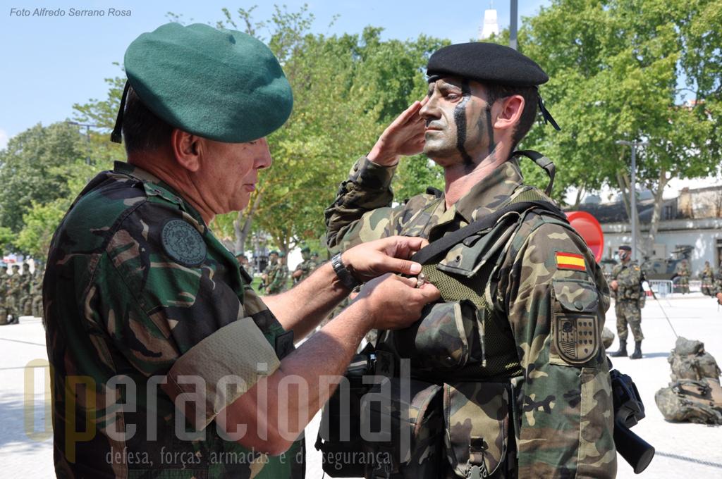 """Um dos pára-quedistas espanhóis que efectiuou saltos em pára-quedas em Portugal recebe do Major-General Raúl Cunha um """"brevet"""" honorário de pára-quedista militar português"""