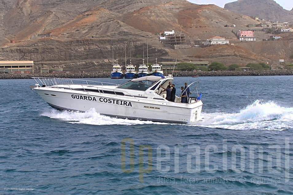 "O iate ""Sea Ray Boat"" de origem americana."
