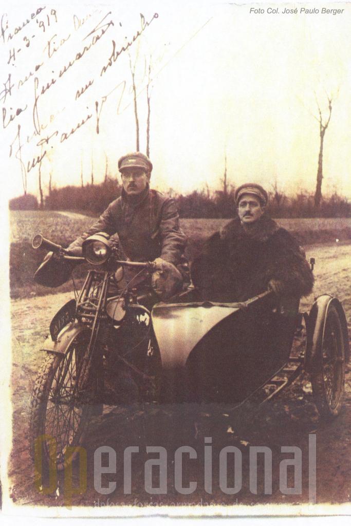 Em França, no rescaldo da Grande Guerra, o Tenente Carlos A. F. Ribeiro, de Administração Militar e o seu ordenança (Fonte José Paulo Berger)