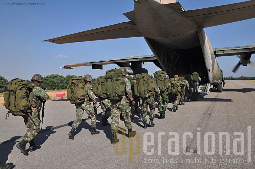 Pára-quedistas embarcam no C-130 para uma missão de transporte aéreo pouco habitual...sem pára-quedas. Dentro de poucos meses estarão no Kosovo, ao serviço da KFOR.