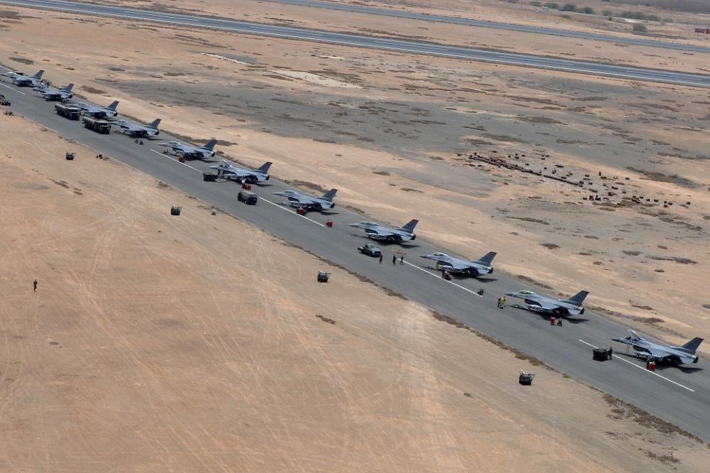 ...e aéreos, como estes F-16 estacionados na Ilha do Sal (Foto NATO / Rik Van Oijen)