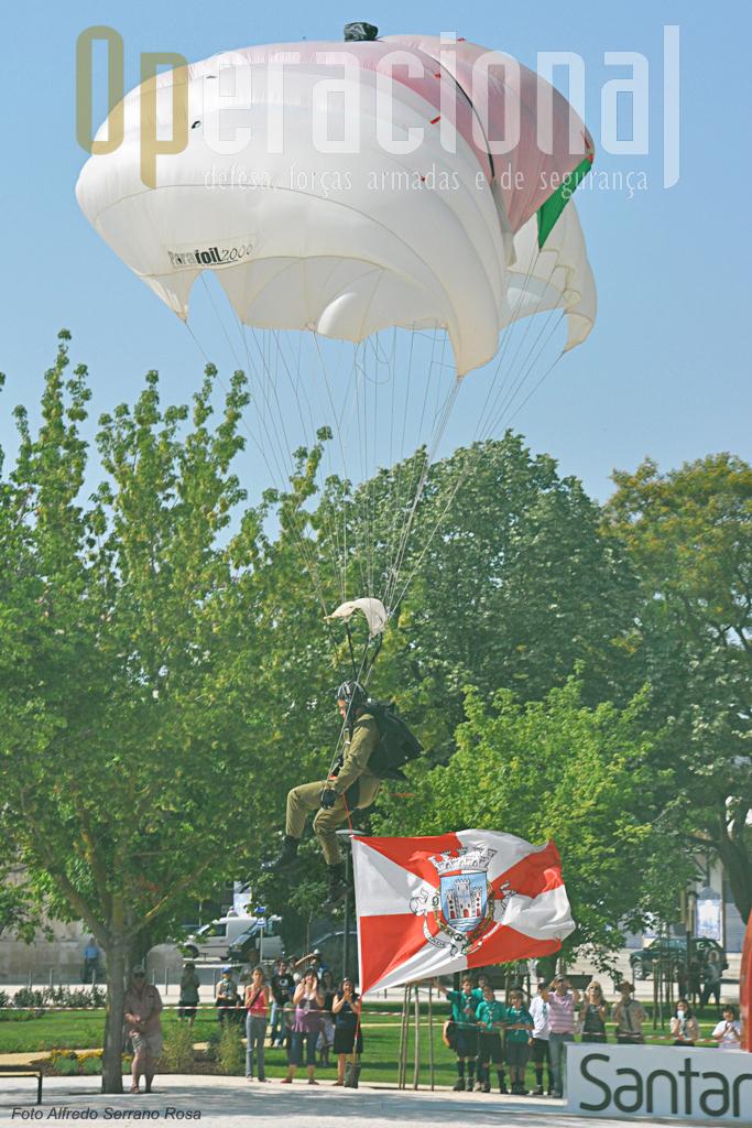 No final das cerimonias em Santarém, os tradicionais saltos em pára-quedas.