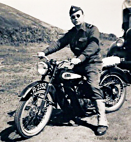 A Legião Portuguesa utilizava os mesmos motociclos que o Exército. Na foto, um legionário micaelense e uma provável Rudge – Santana, II Guerra Mundial