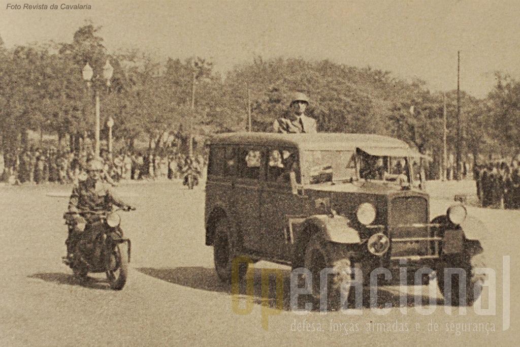 Viatra de comando do Regimento de Cavalaria 7 num desfile em Lisboa, acompanhado por um estafeta moto.